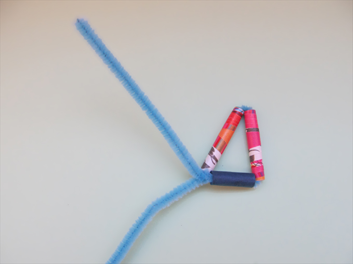 Bend the pipe cleaner where the short and long bead meet